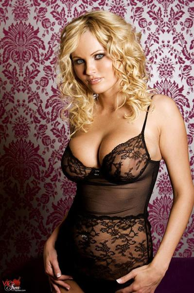 Hanna Hilton in lingerie