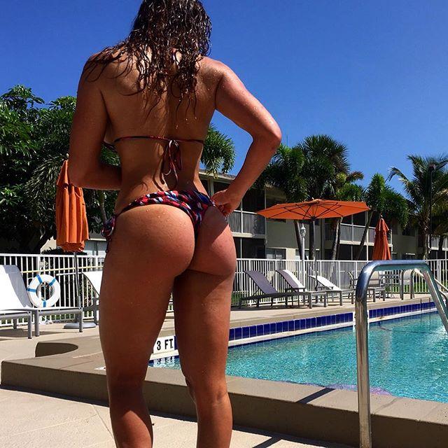 Caroline Sunshineee in a bikini - ass