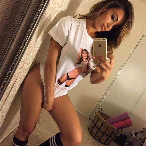 Ana Cheri taking a selfie
