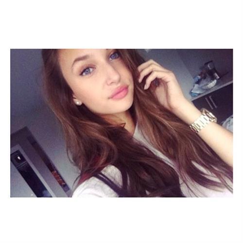 Ariane Fournier taking a selfie