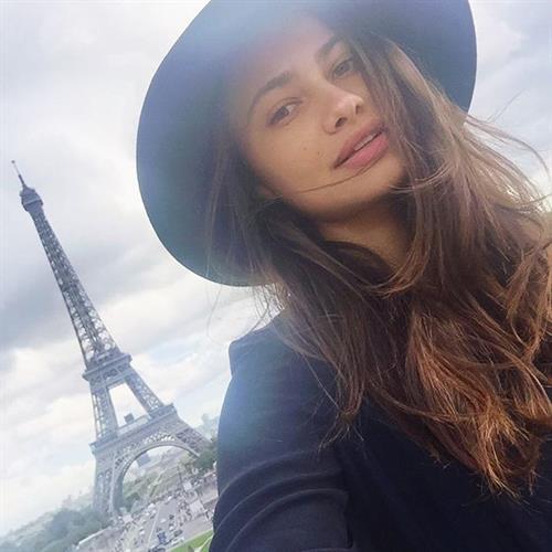 Yara Khmidan taking a selfie