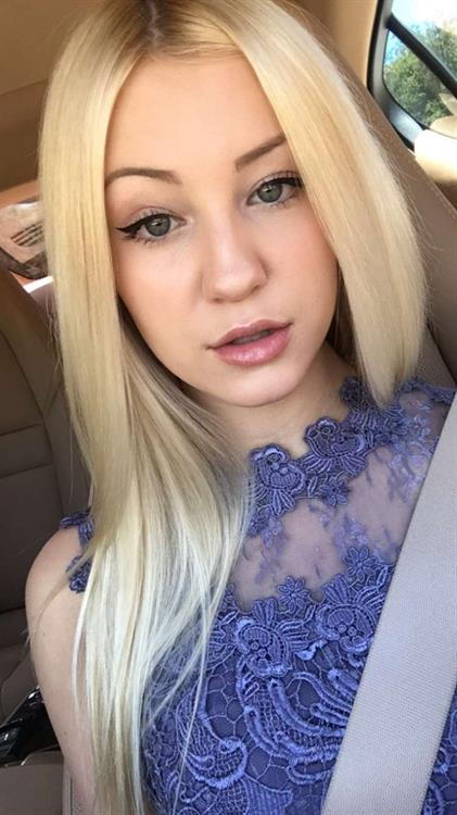 Ava Sambora taking a selfie