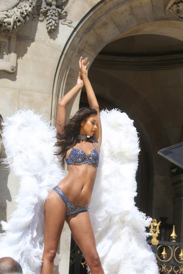 Lais Ribeiro with her hands in the air