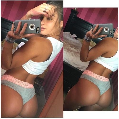 Sommer Ray taking a selfie