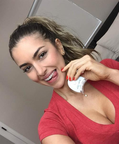 Anllela Sagra taking a selfie