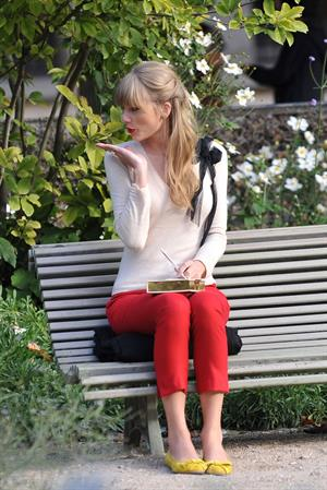 Taylor Swift films music video for 'Begin Again' in Paris 10/1/12