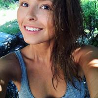 Marisa Papen taking a selfie