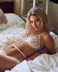 Tess Jantschek in lingerie