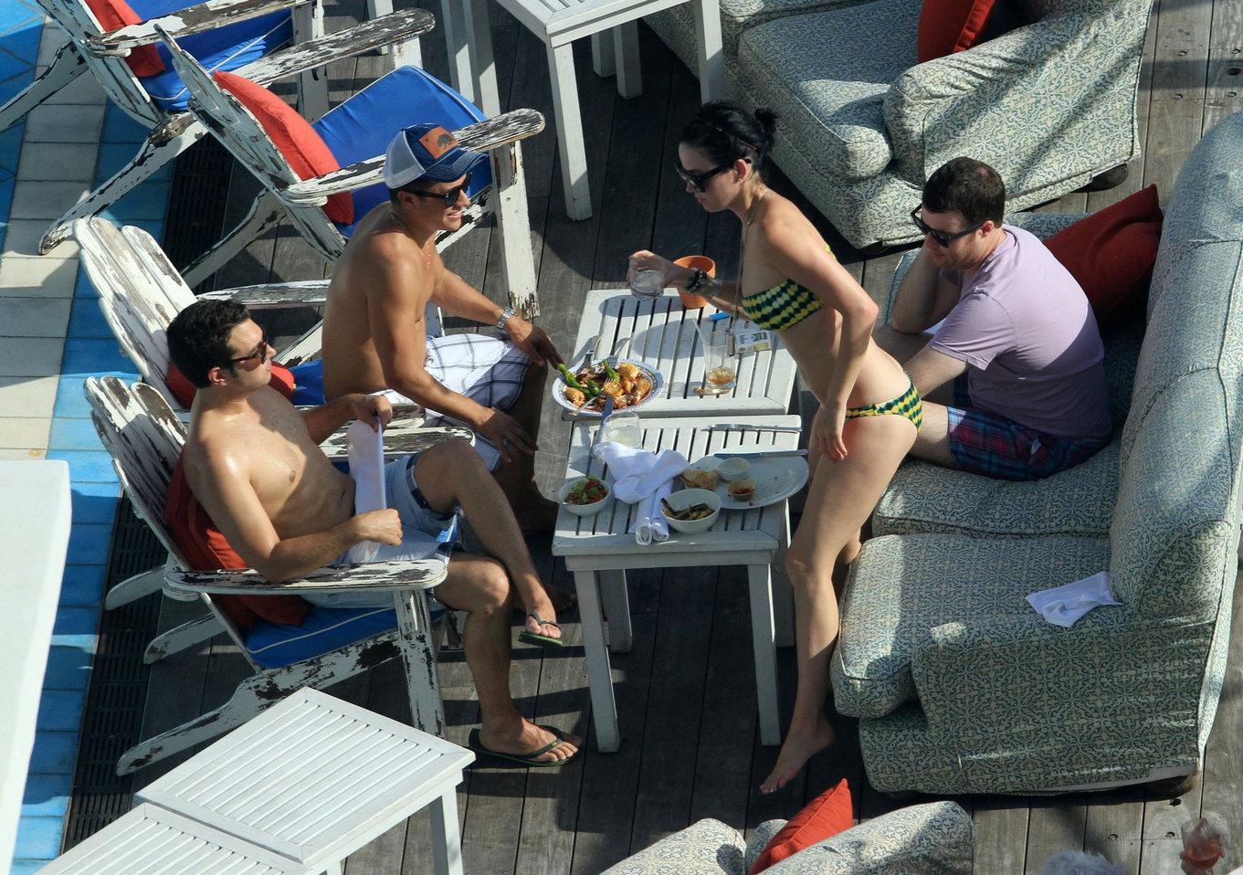 topless-pool-hotel-miami-pics
