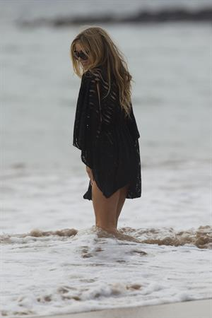 Carmen Electra – beach shoot candids in Hawaii 10/3/13