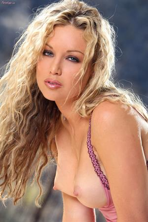 Kayden Kross takes a shower for Twisty's