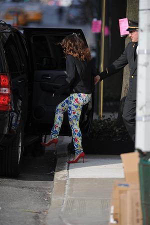 Drew Barrymore in cute leggings in New York City (21.03.2013)