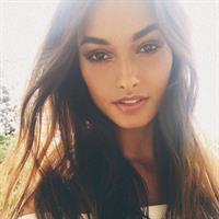 Gizele Oliveira taking a selfie