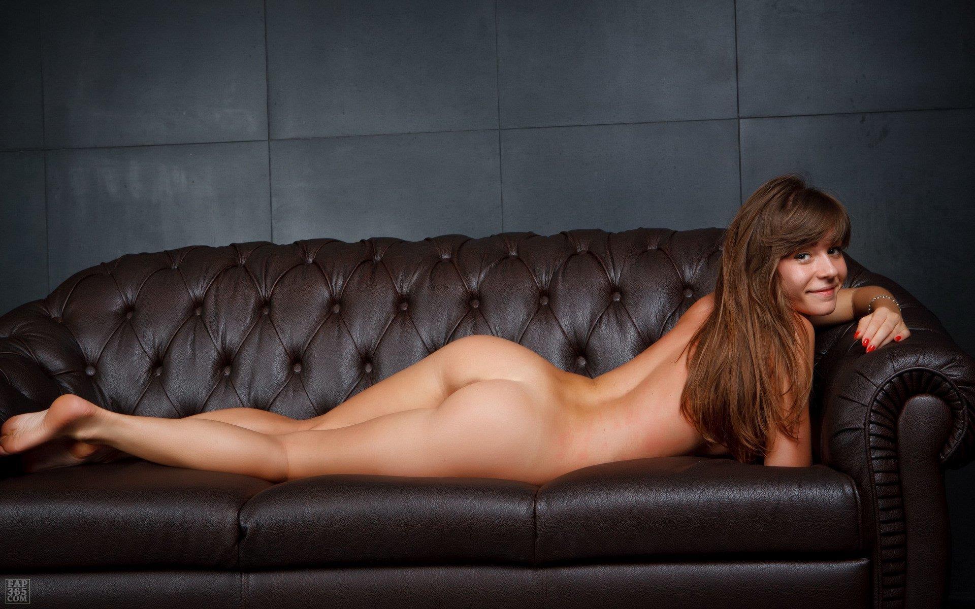 Голые женщины на диване, девушка показала порно другим своему парню