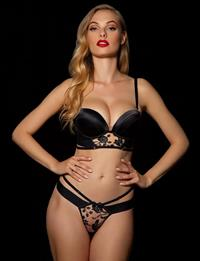 Dioni Tabbers in lingerie