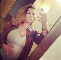 Jessie James Decker taking a selfie
