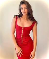 Hailee Steinfeld braless boobs showing nice cleavage with her big tits in a low cut sexy red dress.