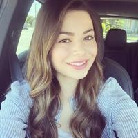 Miranda Cosgrove taking a selfie